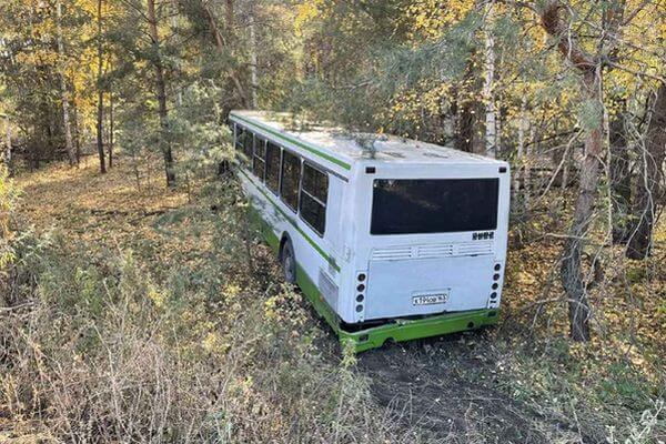 В Тольятти погиб водитель легковушки, которая врезалась вавтобус иотправила его вкювет